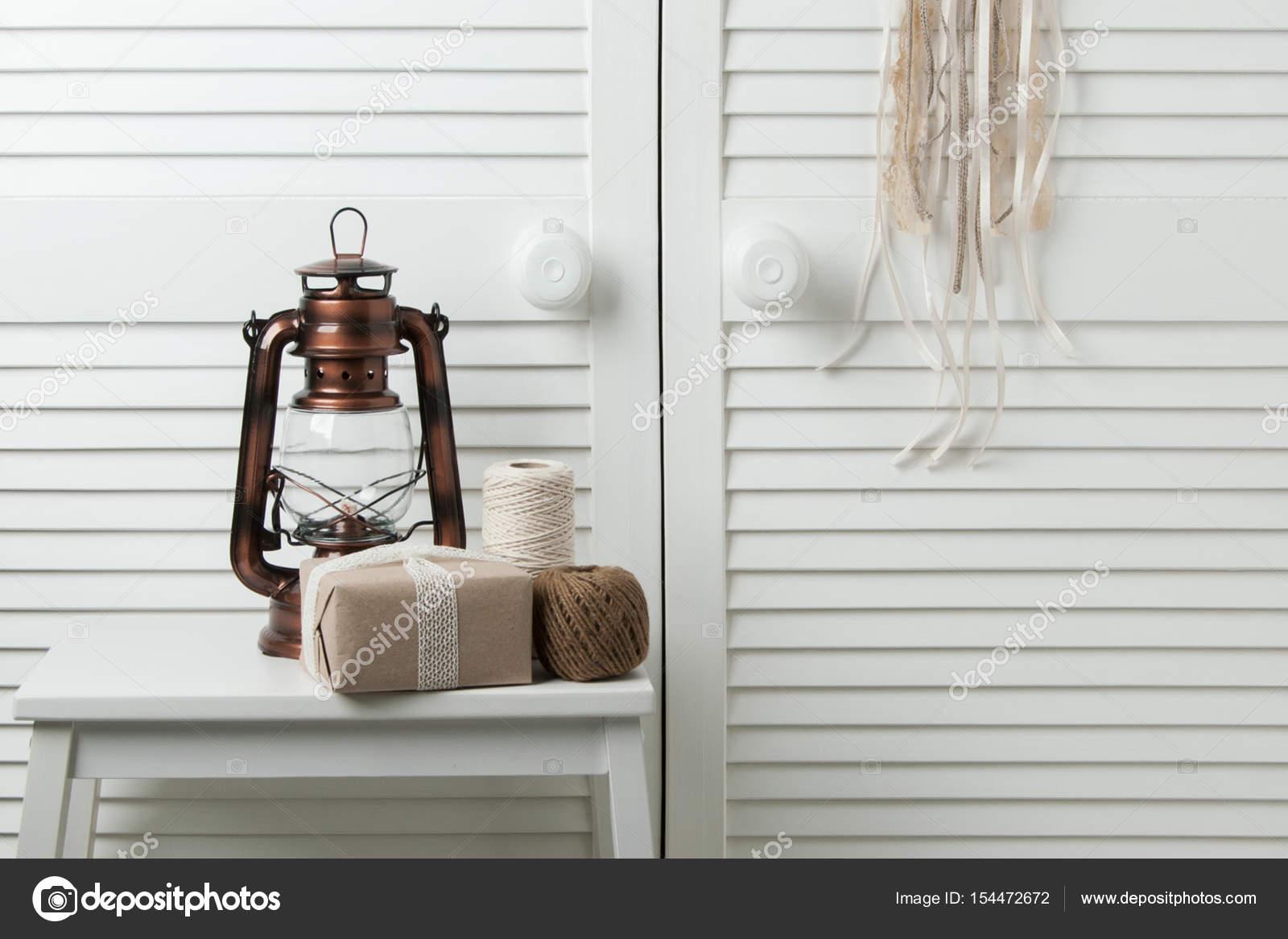 Arredamento Camera Da Letto Marrone : Arredamento camera da letto marrone beige u foto stock voisine