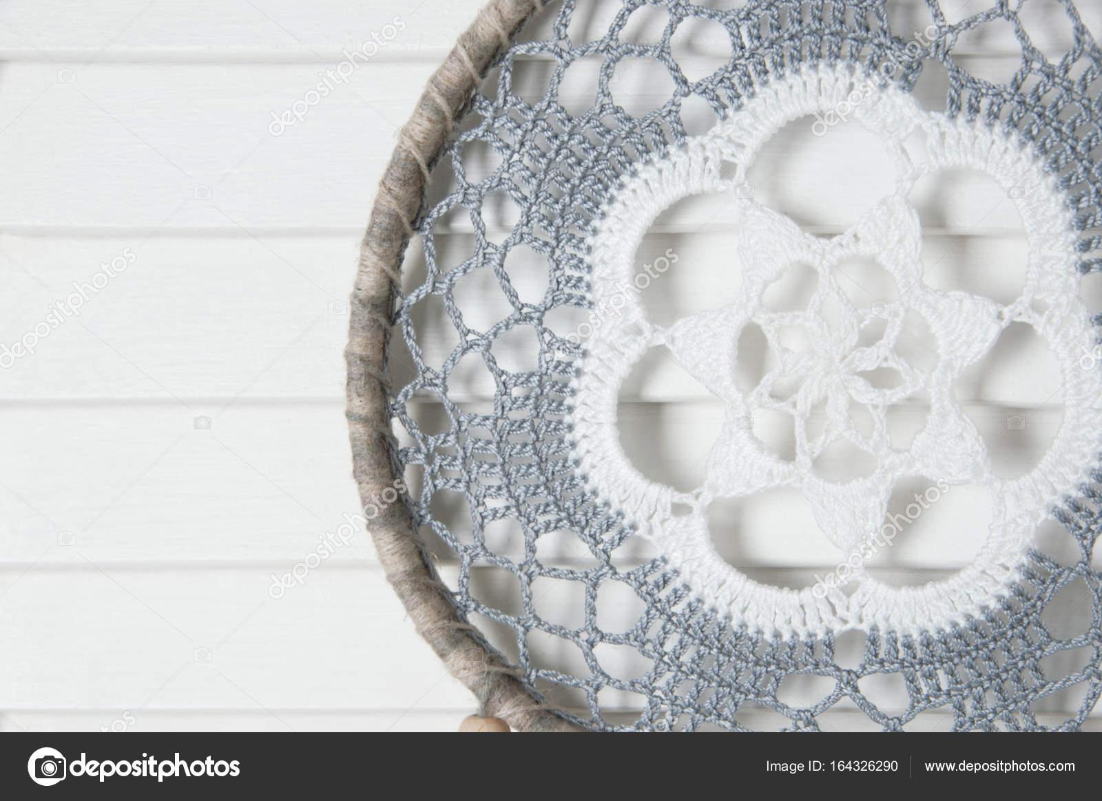Atrapasueños tapetito de ganchillo blanco gris — Foto de stock ...