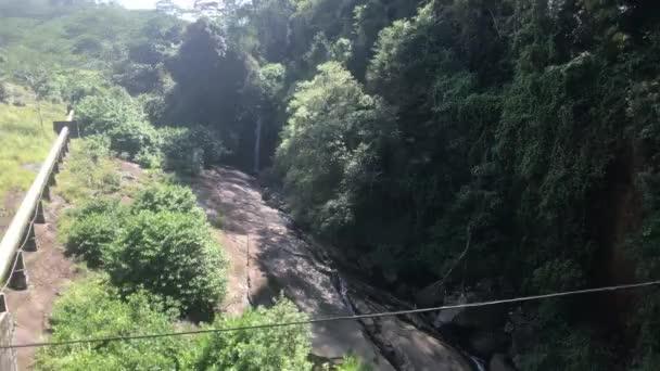 Ello, Srí Lanko, průjezd vlakem přes řeku