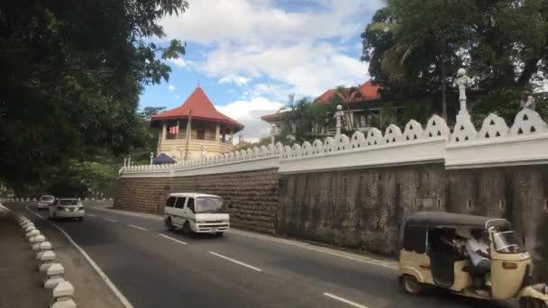 Kandy, Srí Lanka, forgalom az utcán a magas fal mentén