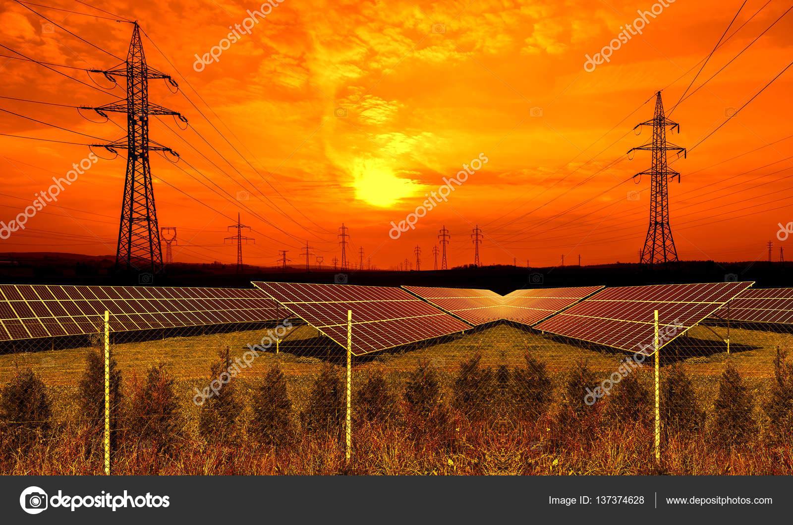 Pannelli solari con pilone di elettricit al tramonto for Pannelli solari immagini
