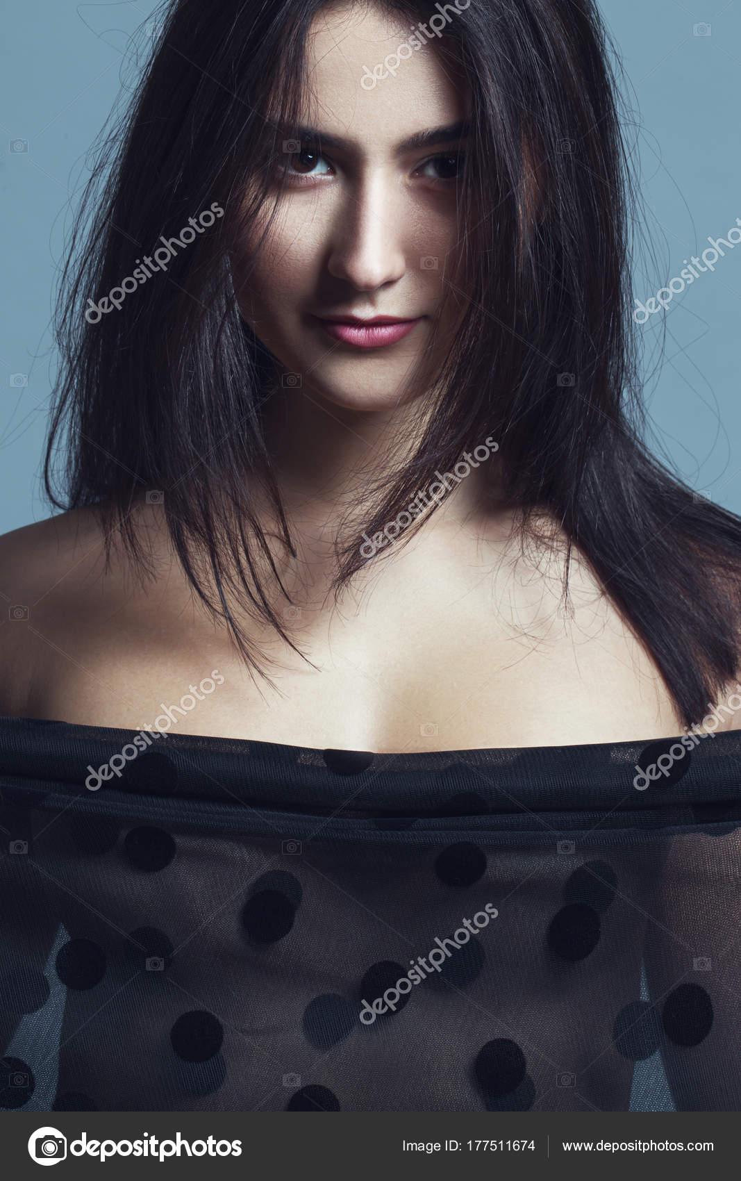 Секси девочка на сером фоне