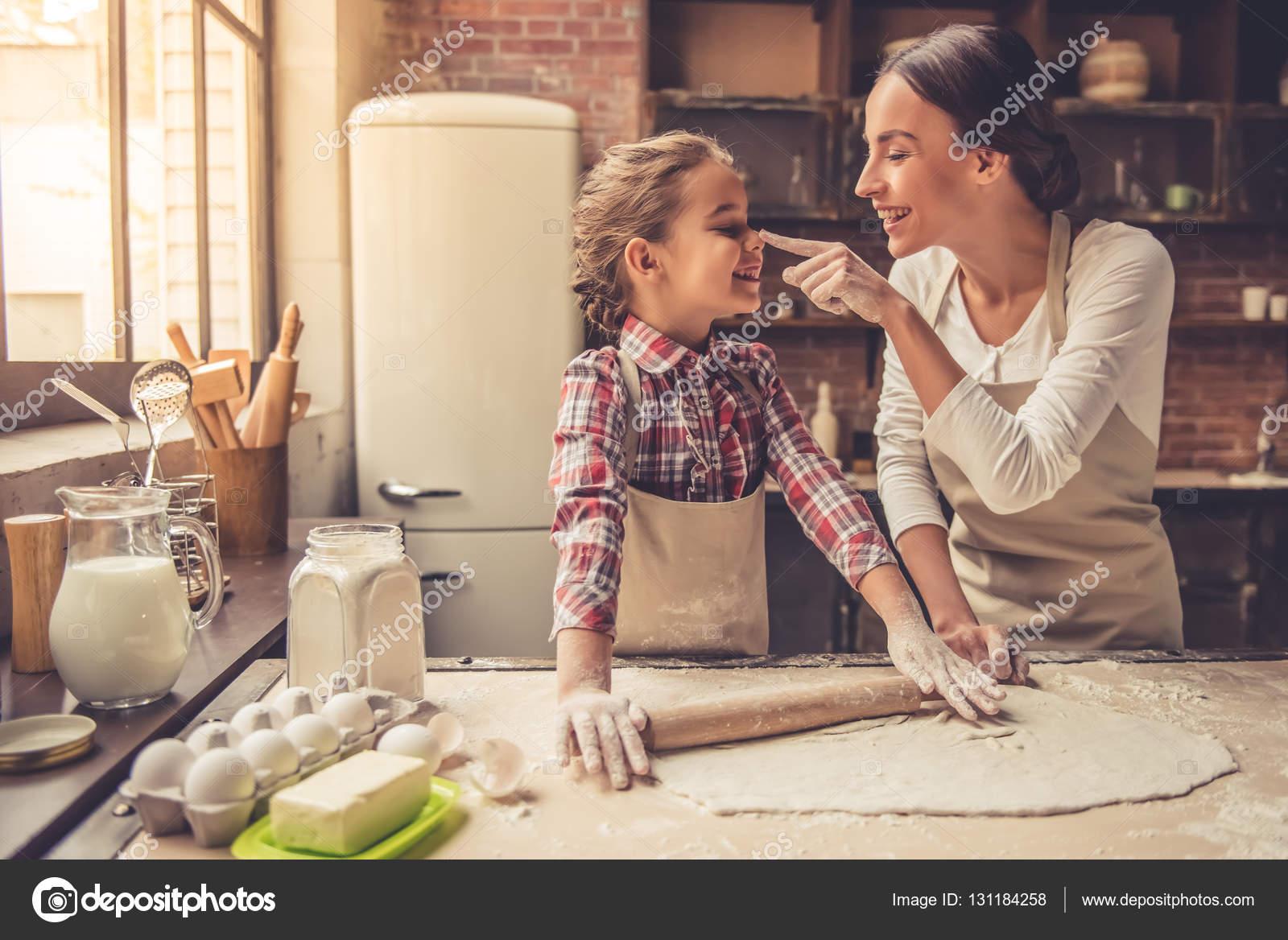 С мамкой на кухне, Мама и сын на кухне - смотреть порно онлайн или скачать 18 фотография