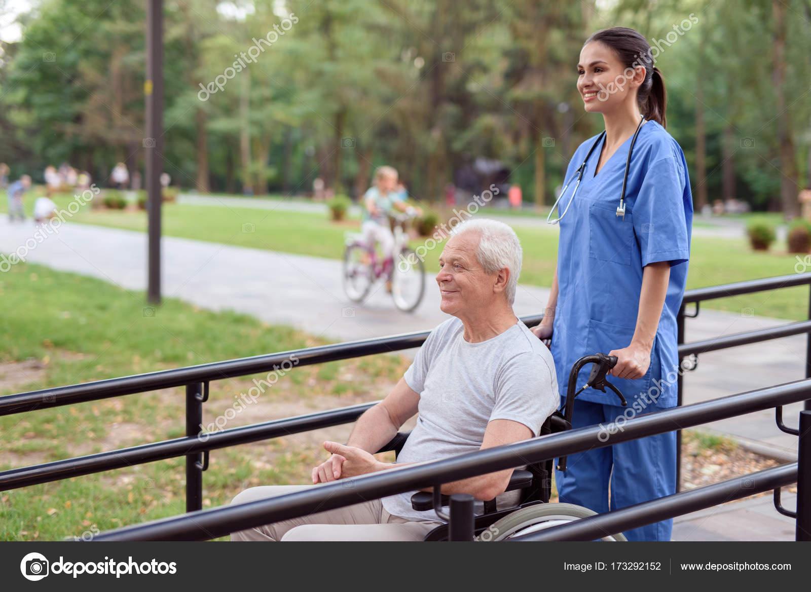 Старый и медсестра из пенсионного