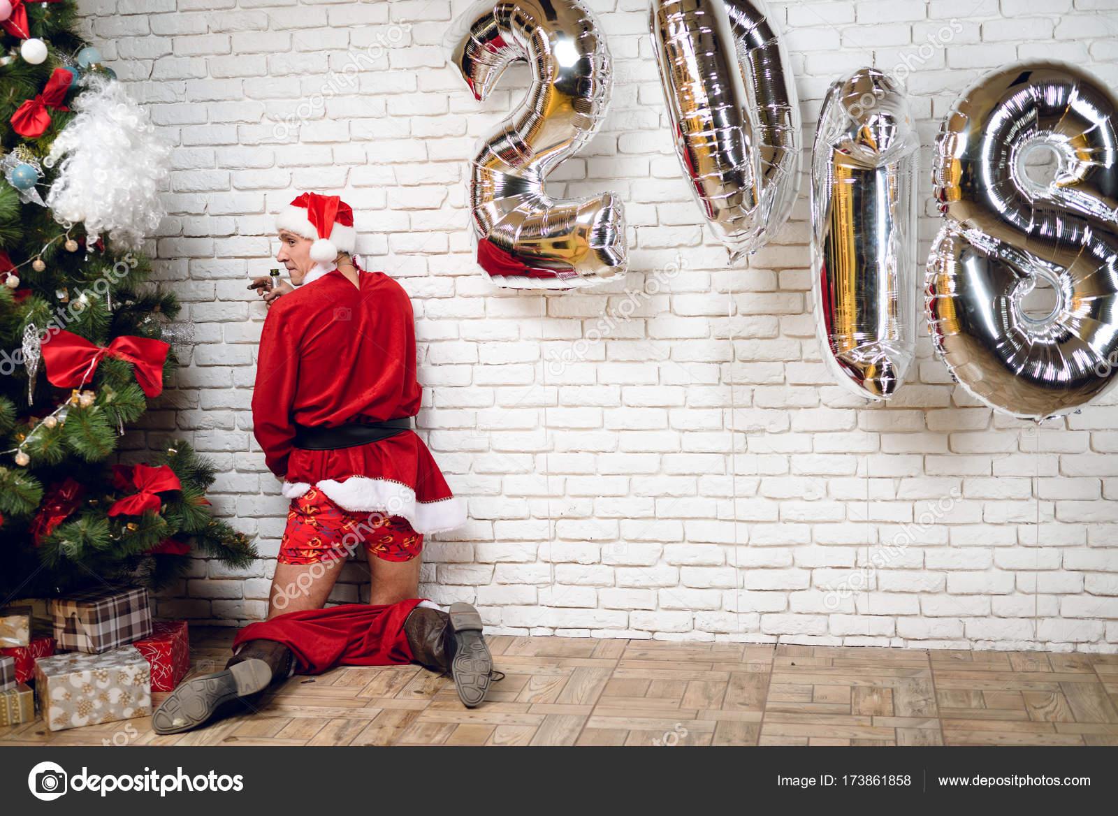 Babbo Natale Ubriaco.Babbo Natale Ubriaco Urinare Sotto L Albero Di Nuovo Anno Dopo Una