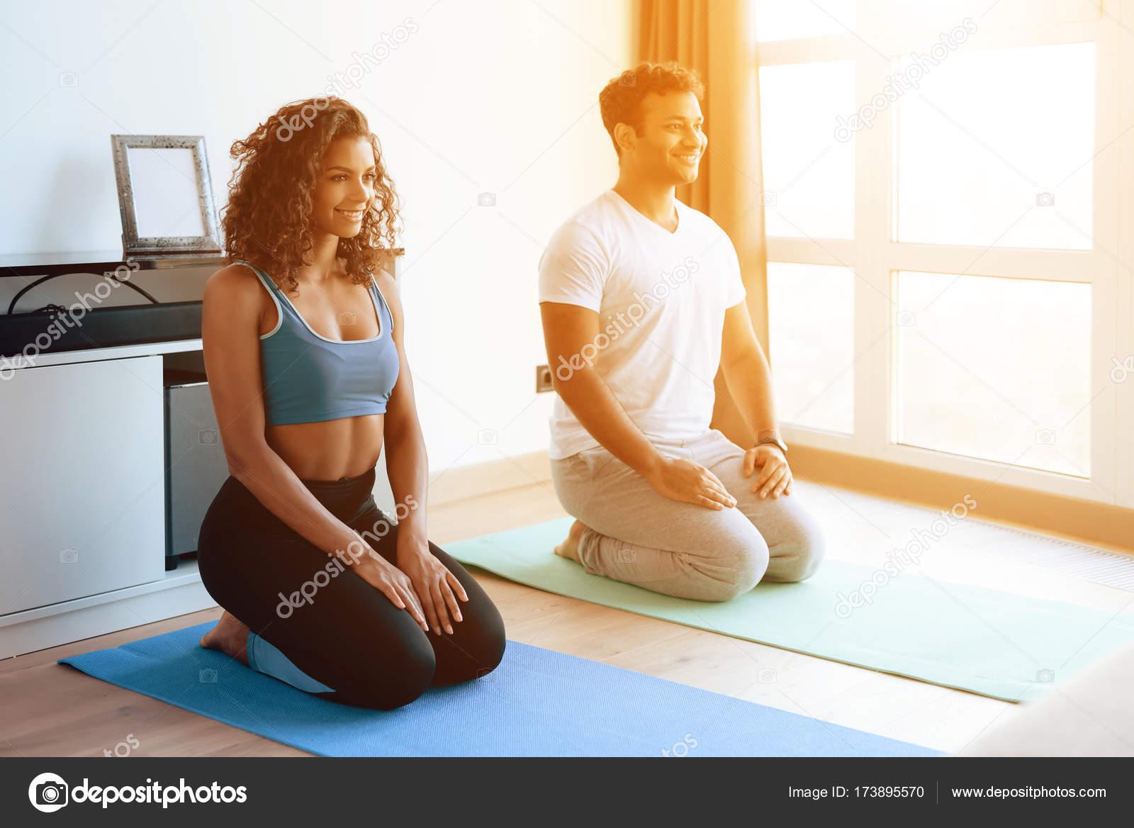 Aframerican Paar Yoga Ubungen Zu Hause Sie Sitzen Auf Dem Boden Auf