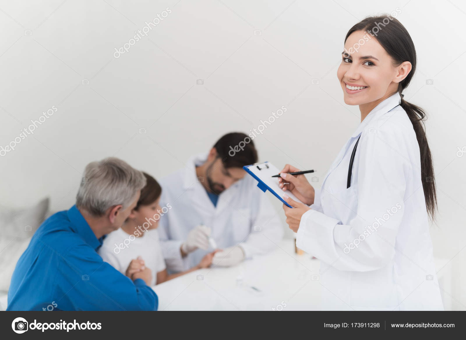 Дедушка и молодая медсестра