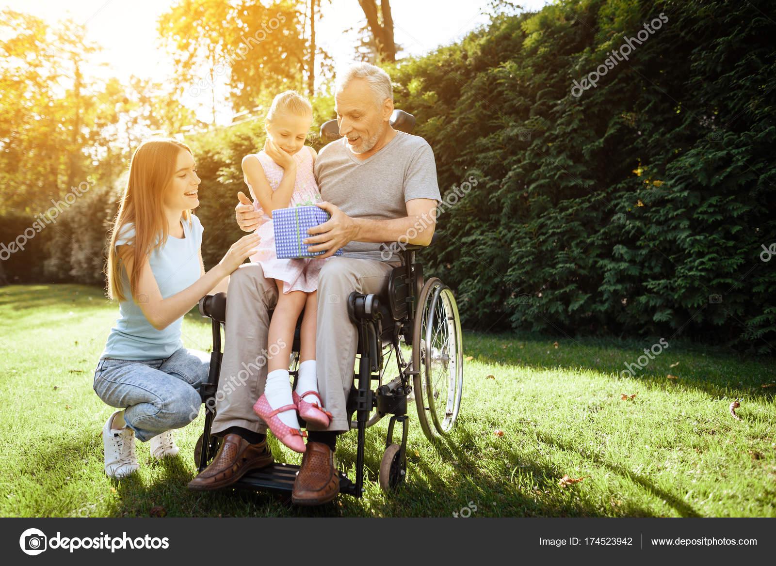 Девушка с пожилым мужчиной — img 12