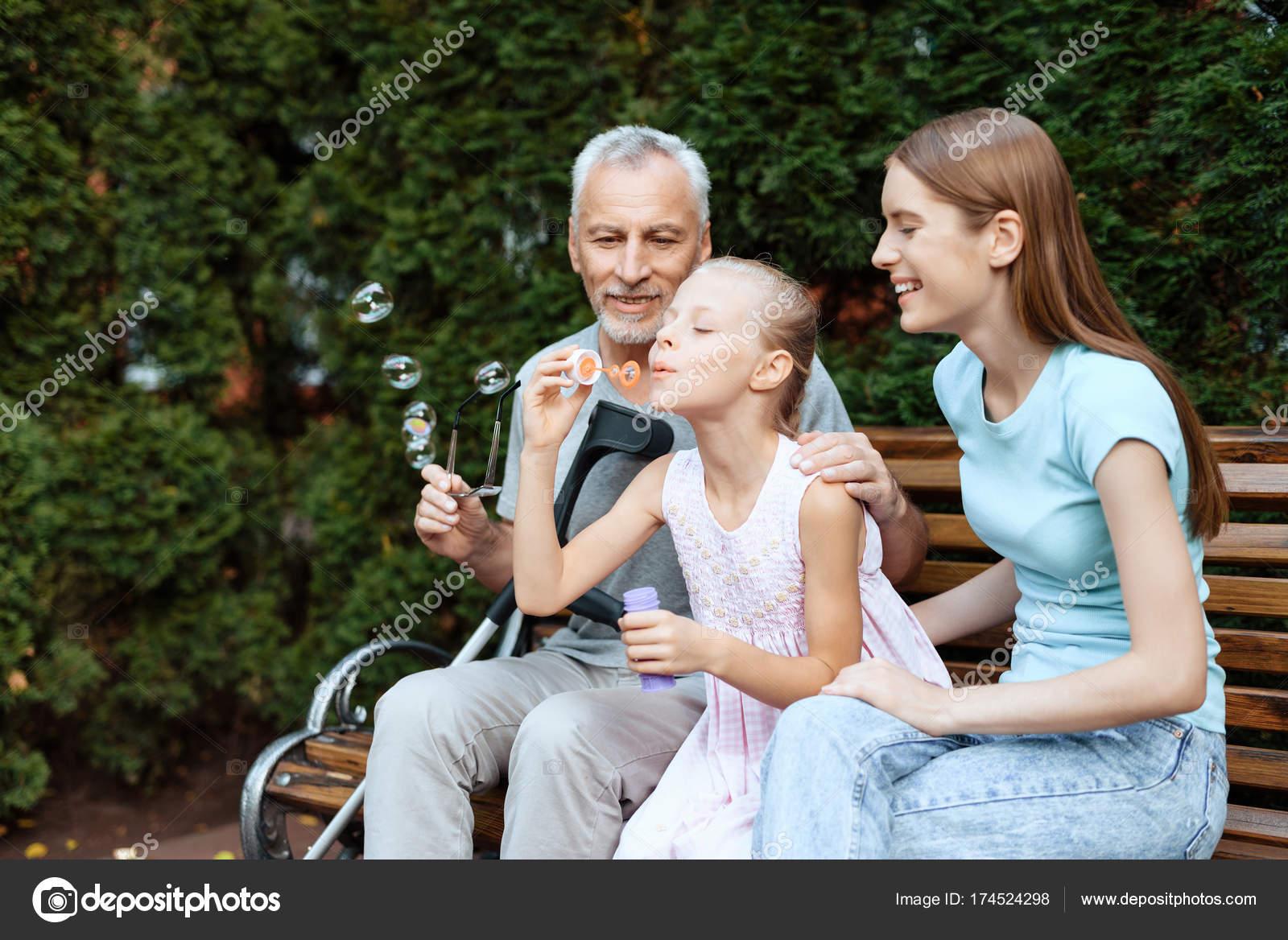 Mädchen aus älterem Mann
