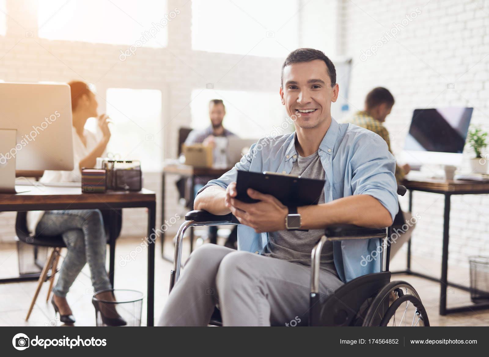 Une personne handicapée en fauteuil roulant travaille dans le
