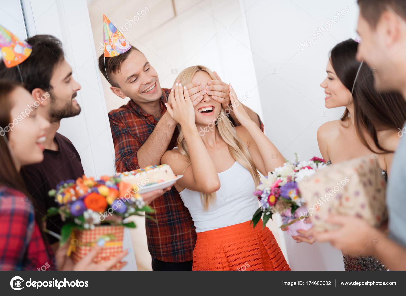 De Man Bereid Een Verrassing Voor De Verjaardag Van Het Meisje Hij
