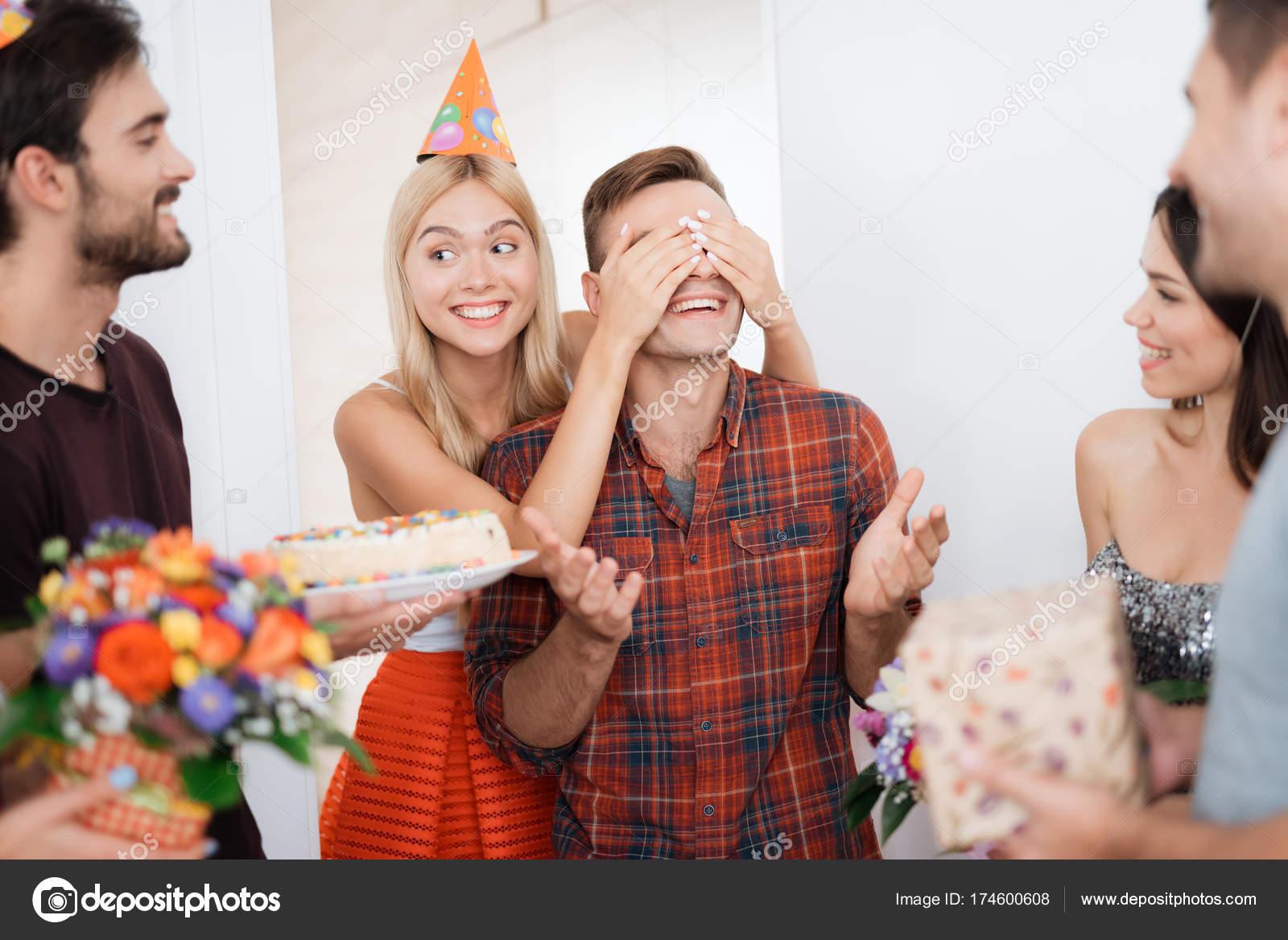Het Meisje Heeft Voorbereid Op De Man Een Verrassing Verjaardag Ze