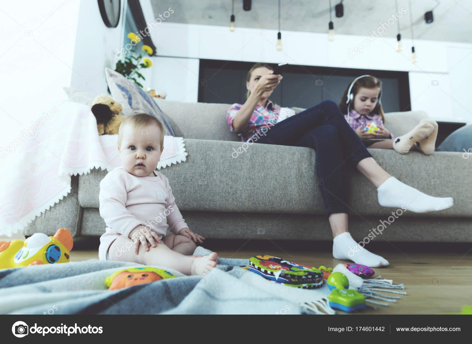 Фото девушки на диване с ребенком