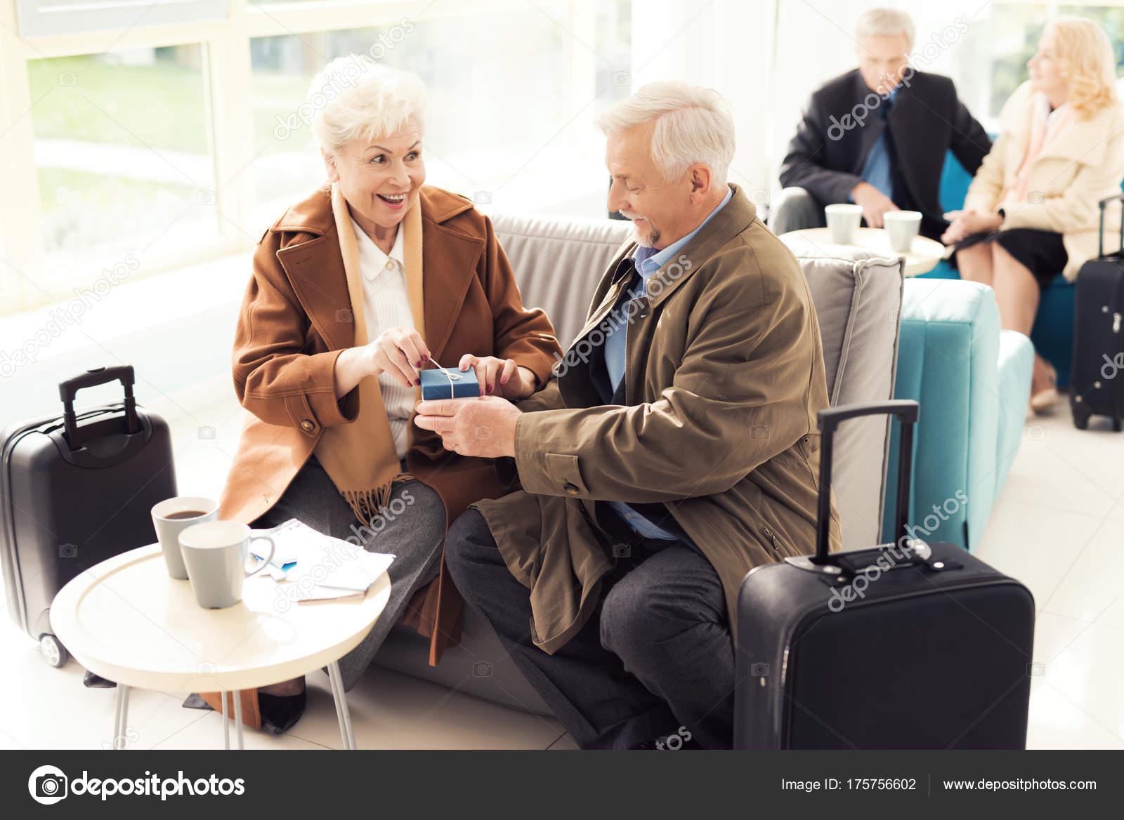 Что подарить пожилому мужчине