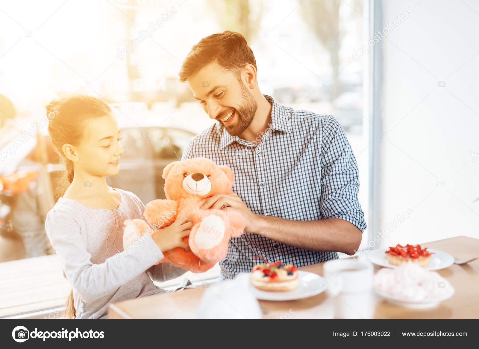 Дочь дает отцу на кухне