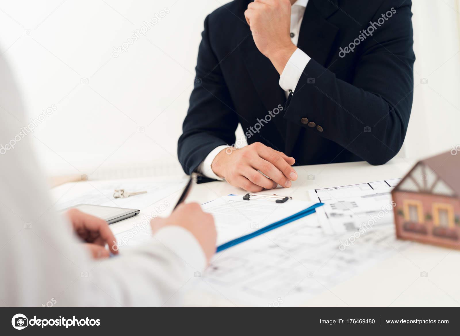 Abschluss Eines Vertrages Zum Kauf Des Entwurfs Mit Makler