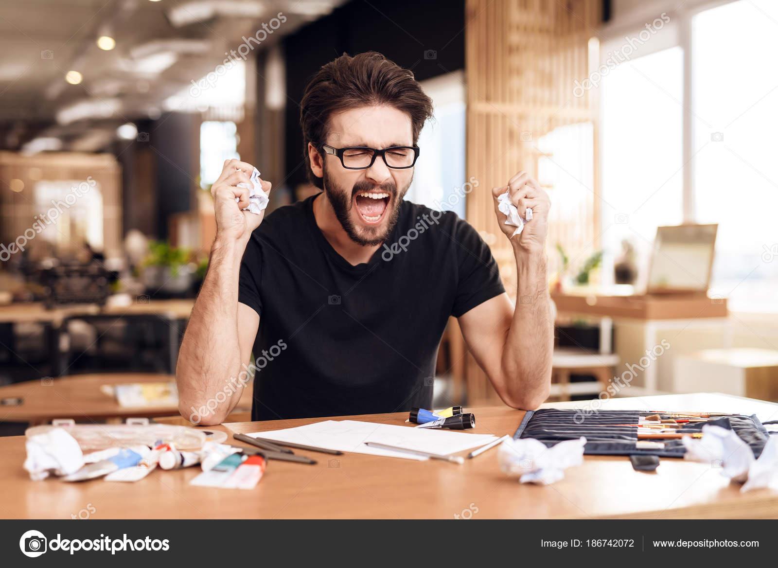 Disegno Uomo Alla Scrivania : Libero professionista barbuto uomo frustrato al disegno seduto