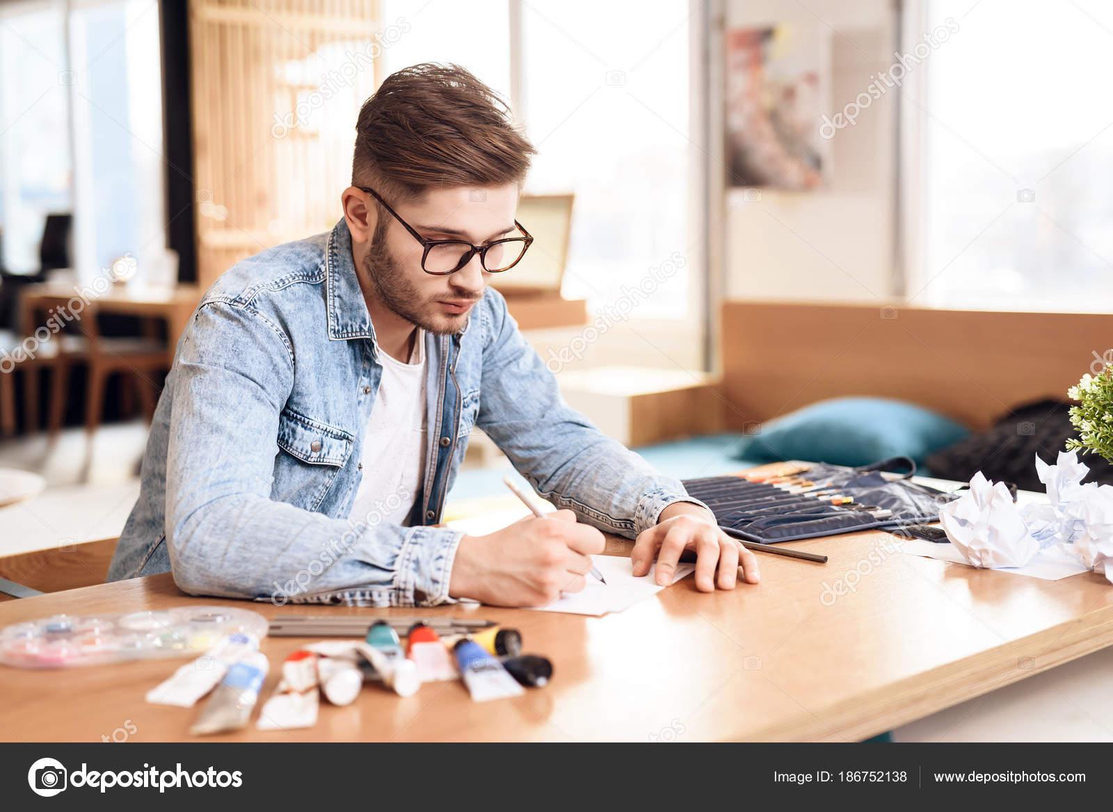 Disegno Uomo Alla Scrivania : Uomo libero professionista disegno su carta con matita seduto alla