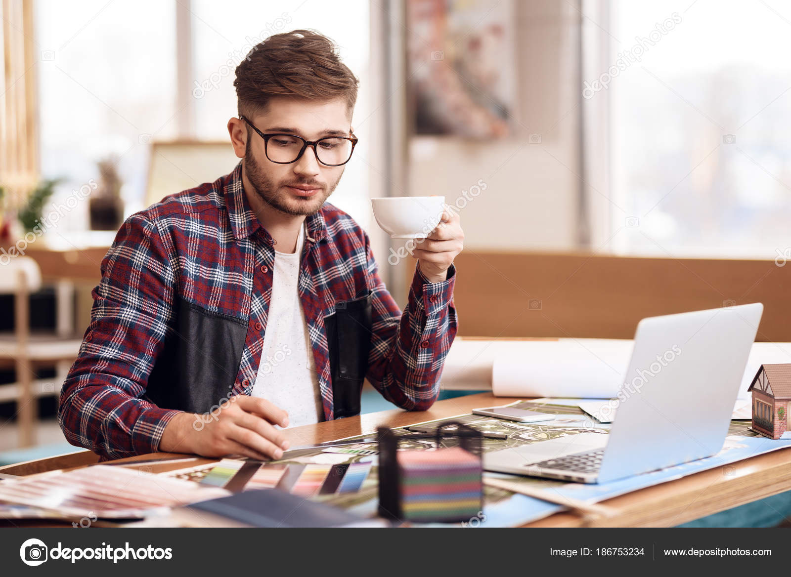 Disegno Uomo Alla Scrivania : Uomo libero professionista disegno sul piano a seduta alla