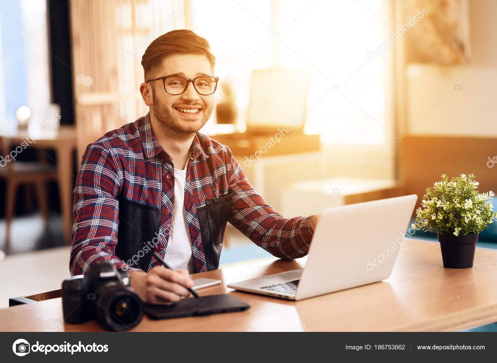 Disegno Uomo Alla Scrivania : Uomo libero professionista di disegno al computer portatile seduto
