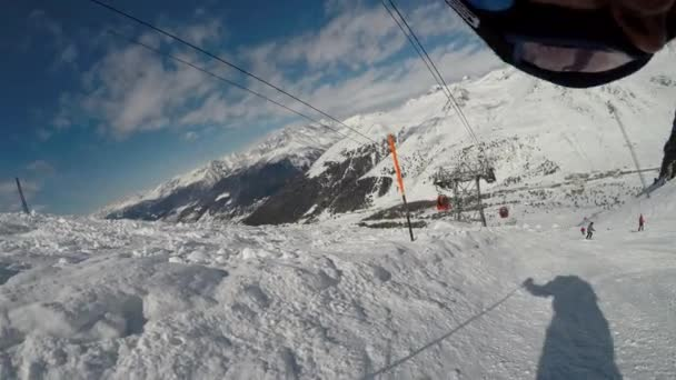 Skifahren durch die Augen des Skifahrers. Stabilisierte Erfolgsbilanz des Skifahrens in einem schönen Skigebiet in Europa.