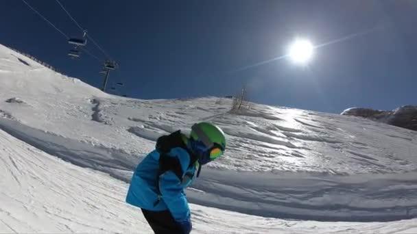Malý chlapec lyžování.Šestileté dítě si užívá zimní dovolenou v alpském středisku. Stabilizované záběry. Zpomalený pohyb.