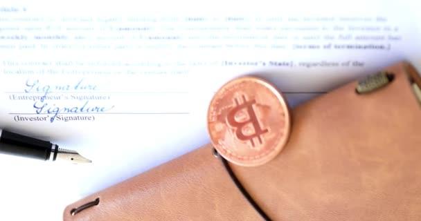 Kaufen Sie Bitcoin-Coins. Eine geeignete Investition in Kryptowährungen. Stabilisiertes Filmmaterial.