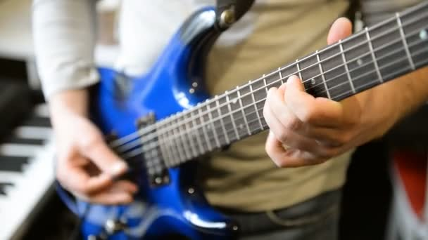 A zenész gitározik..