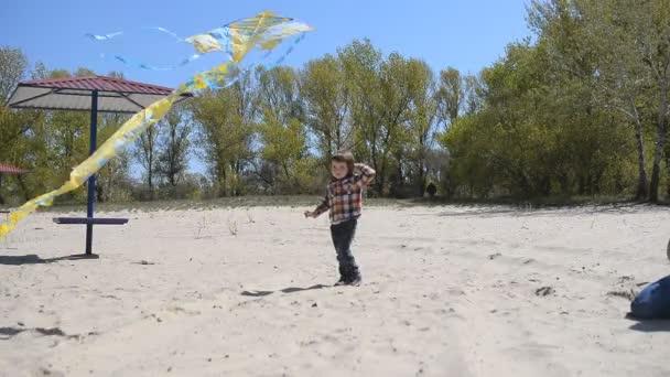 Dítě s mámou hrát draka na pláži