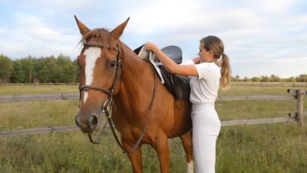 Mladá žena žokej šaty sedlo na koně