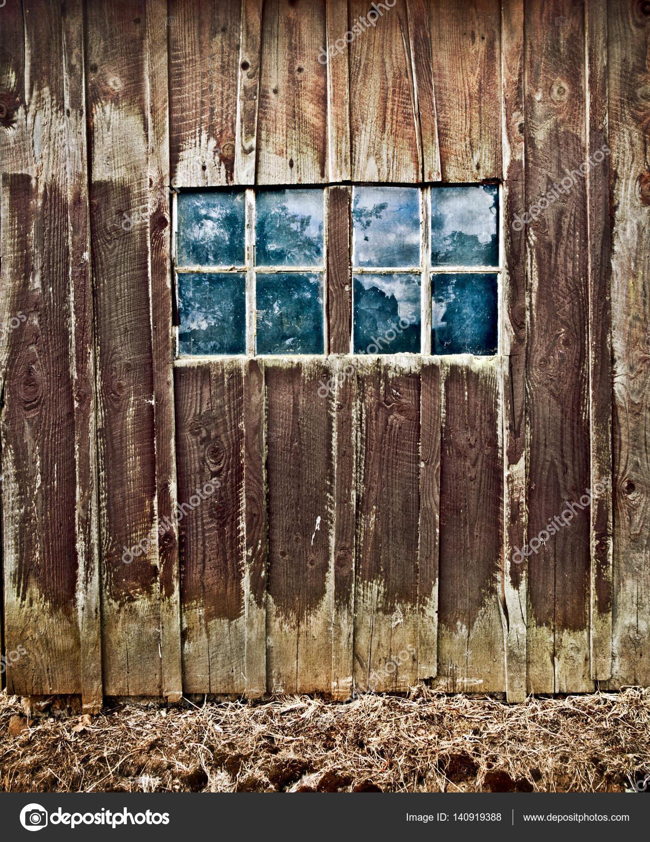 Antiguo granero de época país degradado con ventanas reflejando ...