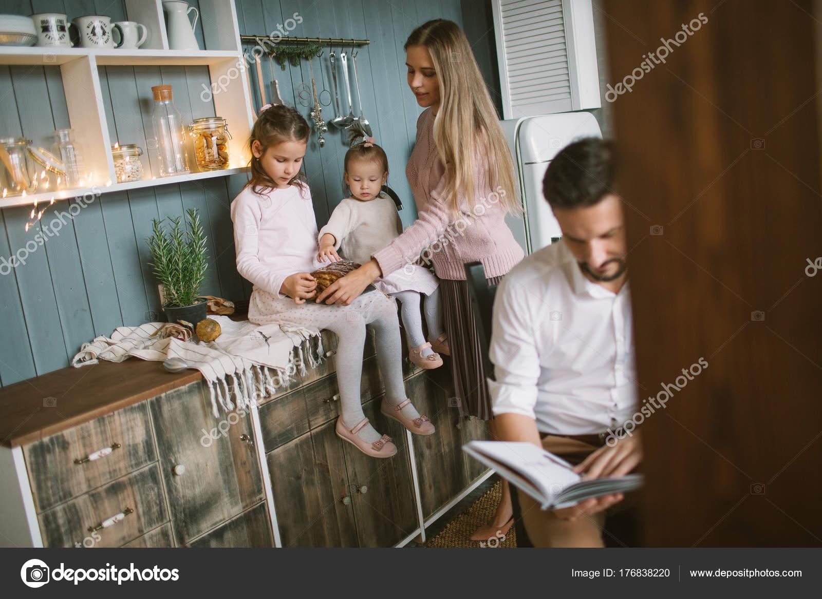 Vater, Buch, Töchterchen in Weihnachten dekoriert k — Stockfoto ...