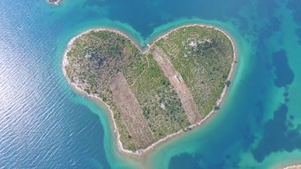 Letecký pohled na srdce ve tvaru Galesnjak ostrov na pobřeží Jaderského moře