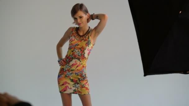 Fotograf fotografování modelu ve studiu