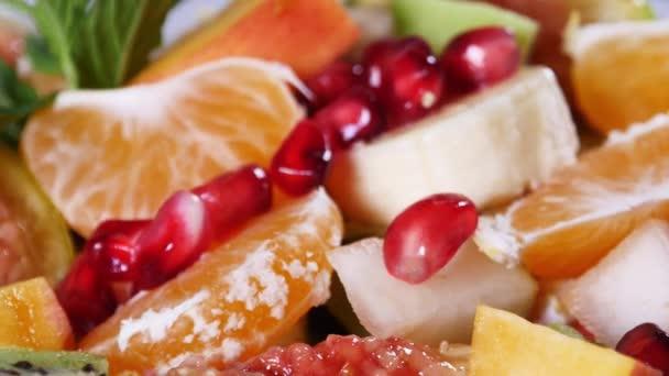 Felülnézet egy gyümölcsöt, salátát, mandarin, narancs, kiwi, gránátalma magokat, füge, banán- és őszibarack