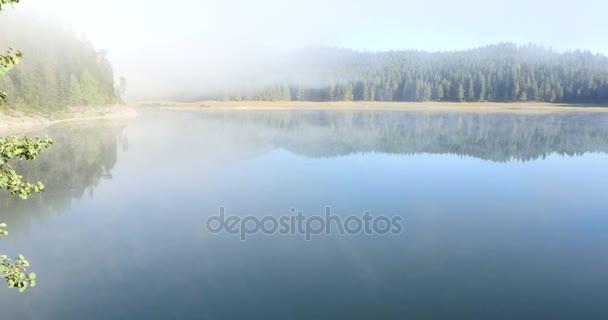 Krásné mystické Černé jezero, národní Park Durmitor. Černá Hora