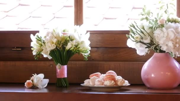 ridal bouquet and cakes