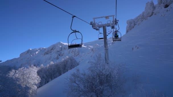 Sníh, Les a lyžaři na lyžařský vlek pov