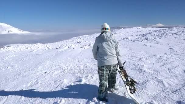 Snowboarderin läuft auf Schnee