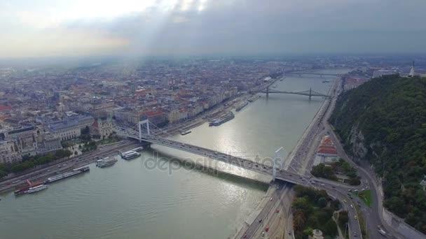 A légi felvétel a a budapesti Gellért-hegy a Szabadság-szobor.
