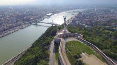 A légi felvétel a a budapesti Gellért-hegy a Szabadság-szobor