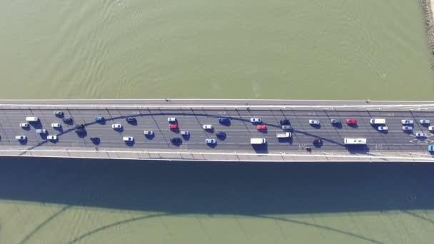 Letecký pohled na Alžbětin most přes řeku Dunaj