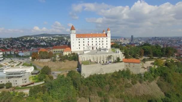 Letecký pohled na Bratislavský hrad a řeku Dunaj