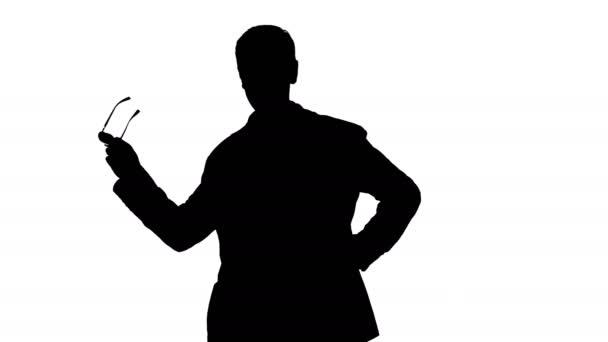 Geschäftsmann nimmt seine Brille ab und zornig spricht am Telefon