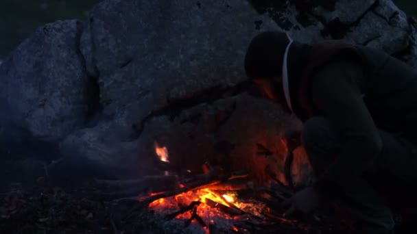 Paar von Reisenden in der Abenddämmerung in der Nähe von einem Lagerfeuer
