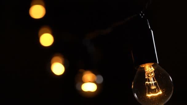 Žárovka věnec na černém pozadí