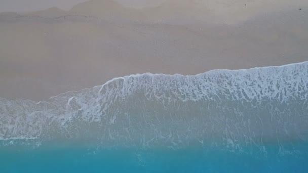 Tropické vzdušné ptačí pohled písečná pláž a azurové vody