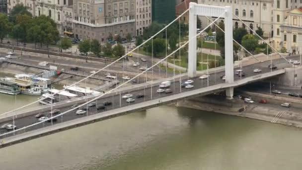Budapest, Magyarország - 2016. szeptember 21.: Erzsébet hidat Buda és Pest között a Duna