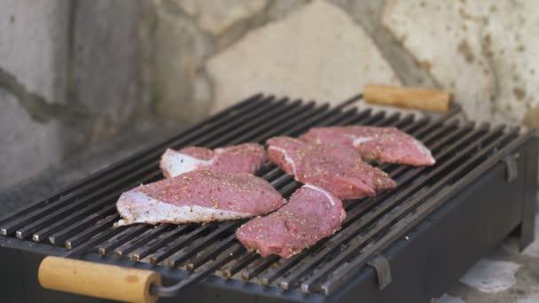 Hovězí steak na grilu, blízko.