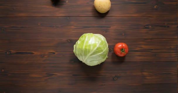 zelenina se točí kolem zelí jako planety točící se kolem hvězdy